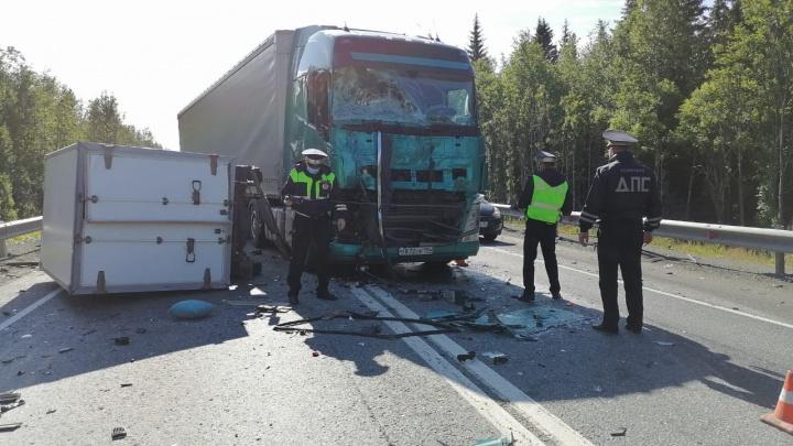 Появилось видео столкновения грузовика и фуры под Первоуральском, в котором погибли два человека