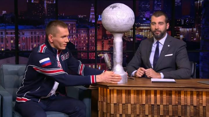 «Соперники не приехали на праздник»: лыжник от Архангельской области показал Урганту кубок из дерева