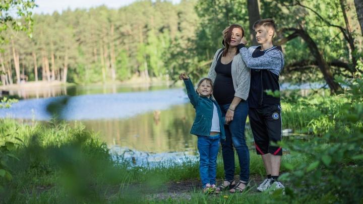 «Нашей семьи не было бы без мамы»: читатели E1.RU поздравляют своих самых родных и любимых с Днем матери