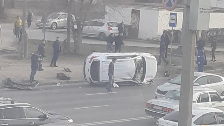 «Водитель сразу же вылез через окно»: на оживленной дороге Волгограда перевернулась иномарка
