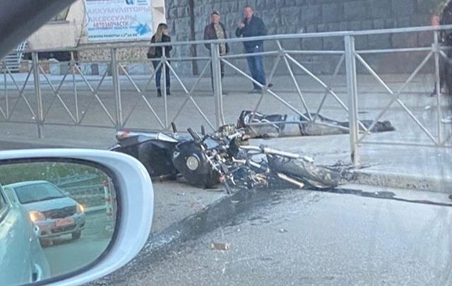 Врезался в автобус: мотоциклист получил тяжелые травмы в ДТП на Речном вокзале