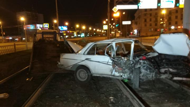 Врезался в столб и несколько раз перевернулся: в Екатеринбурге Mercedes занесло на трамвайных путях