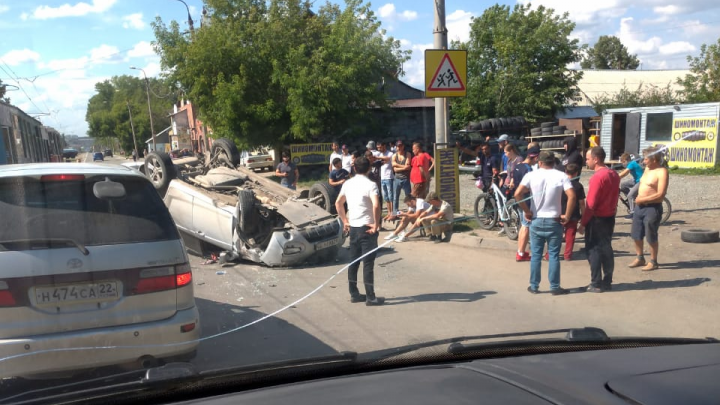 Кроссовер лег на крышу посреди Волочаевской — собралась пробка