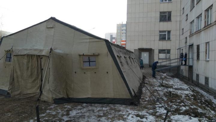 Возле ковидной больницы в Челябинской области развернули военную палатку