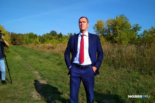 Илья Лобов осматривает владения дендросада