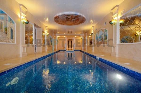 Огромный бассейн расположен на цокольном этаже