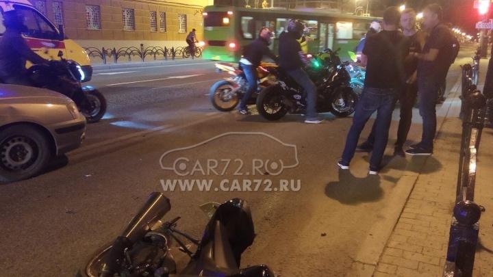 На Республики мотоцикл «догнал» легковушку. Водитель двухколесного транспорта получил тяжелые травмы