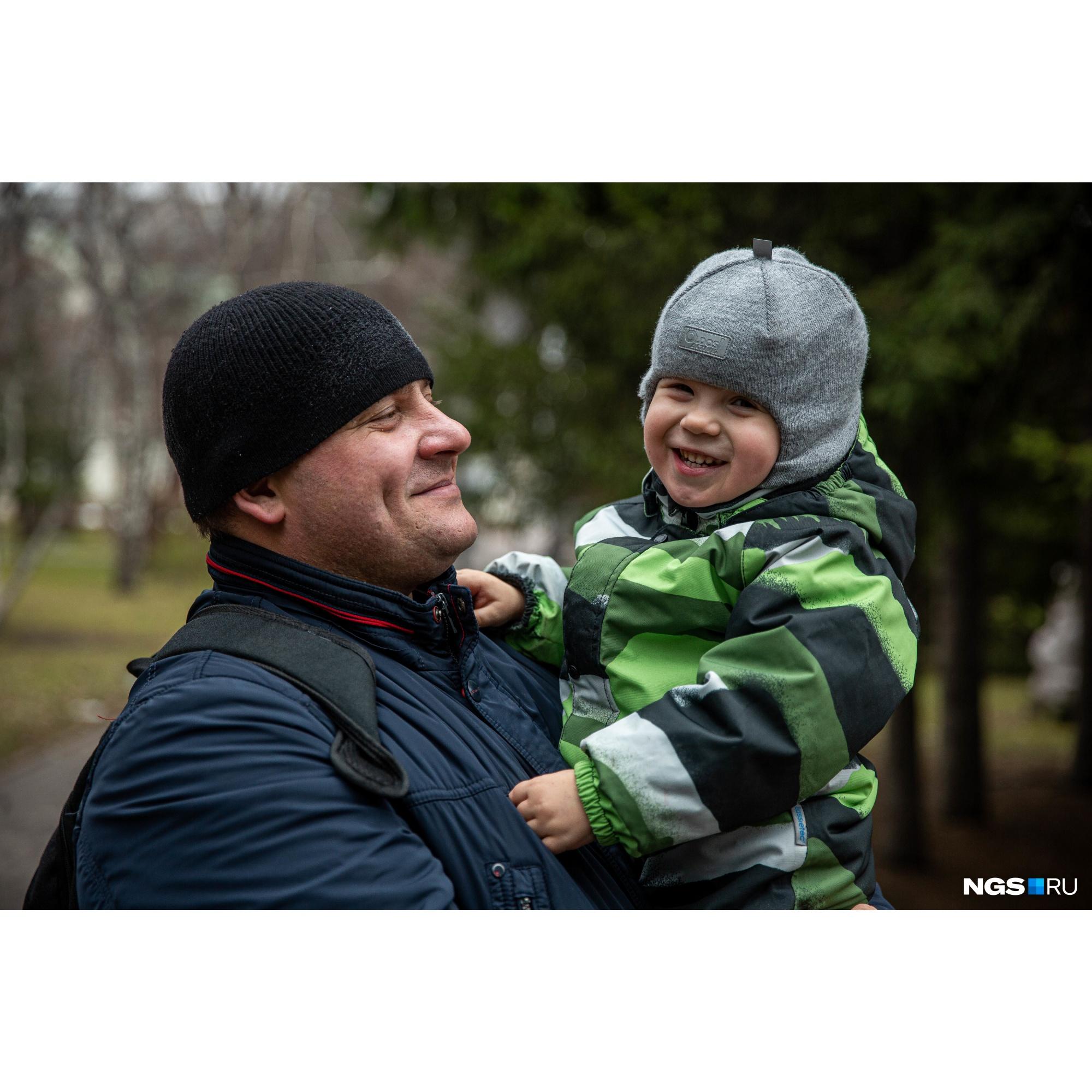 Юрий радуется дням, когда ничего не тревожит, например, выходному, когда можно просто погулять с сыном