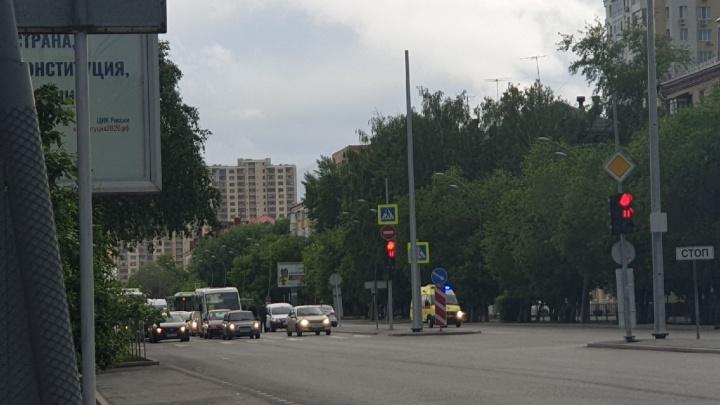 На Мельникайте легковушка сбила молодого мужчину, переходившего дорогу с другом