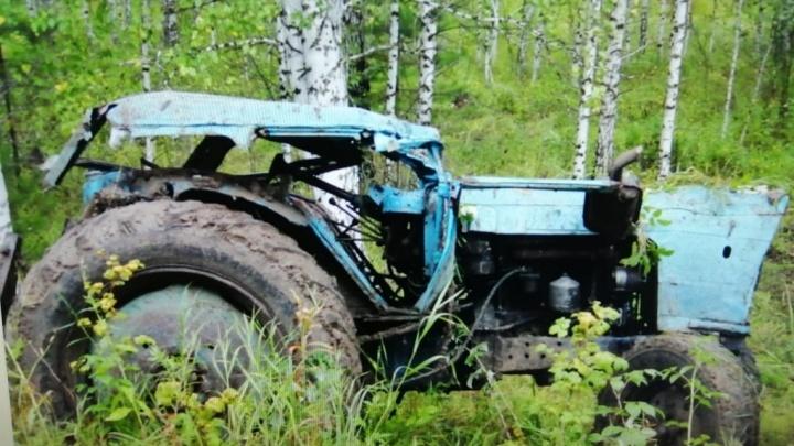 21-летний водитель опрокинул трактор в кювет. Он и его пассажир погибли на месте