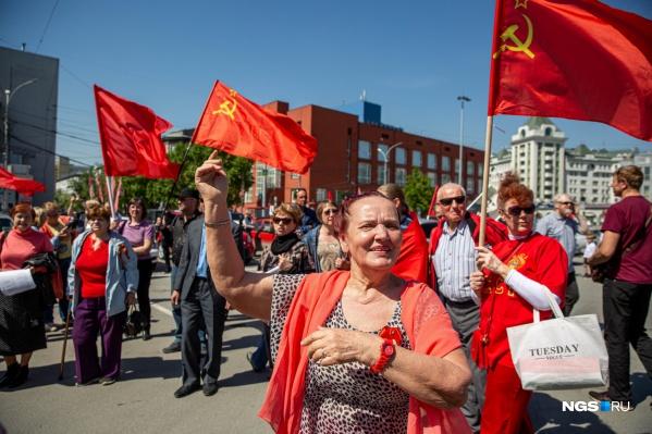 Около сотни новосибирцев пришли в этот день на площадь Ленина