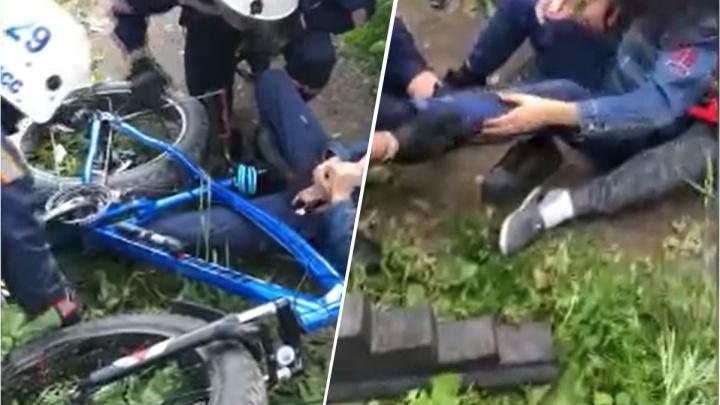 Спасатели вытащили ногу ребенка из рамы велосипеда — операция попала на видео