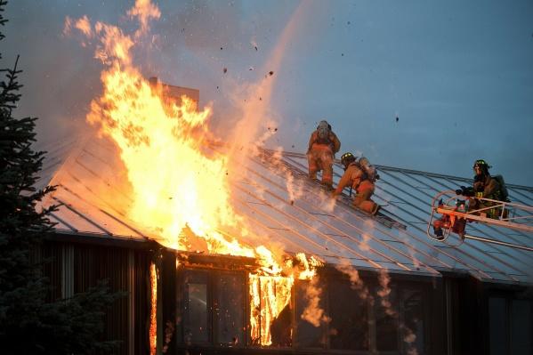 Чаще всего причиной возгорания в домах и квартирах становится старая электропроводка