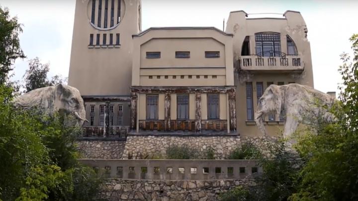 Ржавчина и облезлые стены: смотрим, как сейчас выглядит дача со слонами снаружи и изнутри