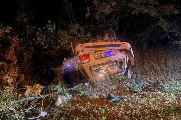 Машина слетела с дороги и перевернулась
