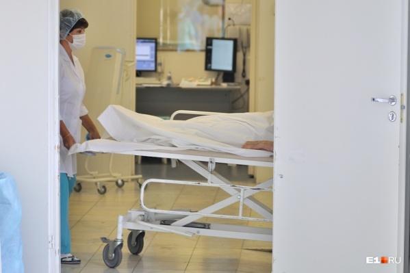Заразившийся коронавирусом мужчина среднего возраста получает всё необходимое лечение. За ним круглосуточно наблюдают врачи-инфекционисты
