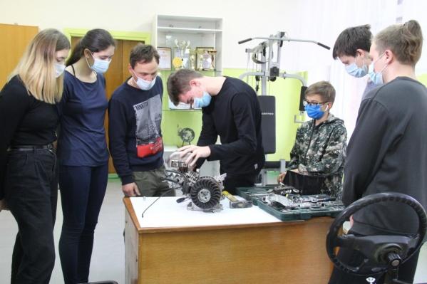 Омским педагогам предложили поучаствовать в конкурсах профмастерства