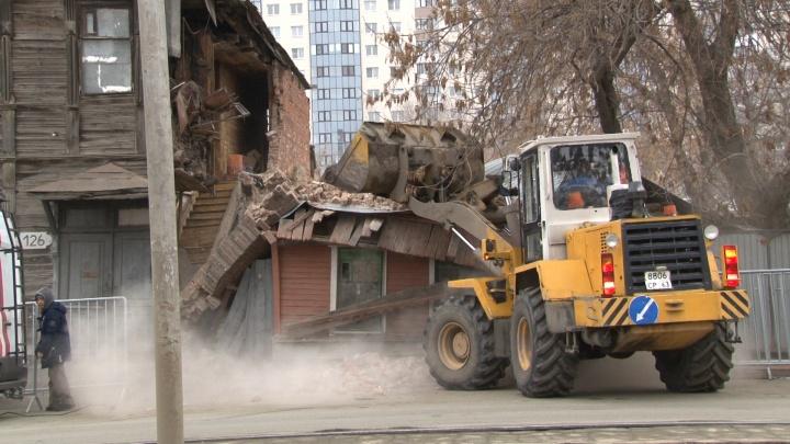 На Арцыбушевской очистили крышу дома, на которую рухнула стена