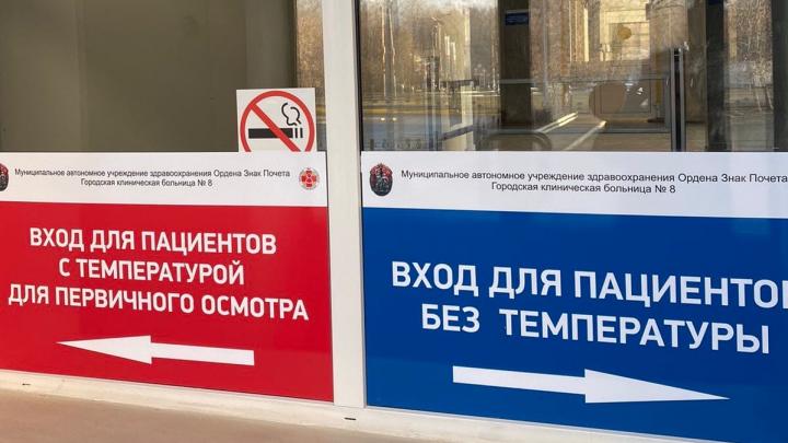 Здоровые — направо, больные — налево: в челябинской поликлинике пациентов отправили в разные очереди