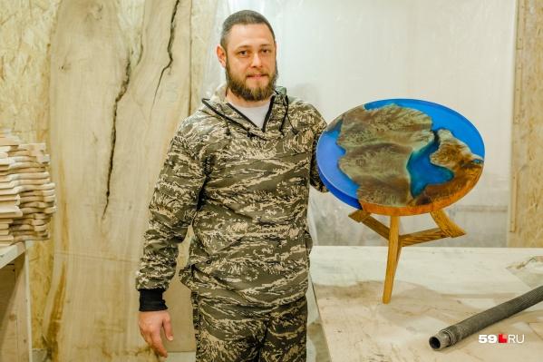 Здесь изготавливают столы самых разных размеров: в руках у Сергея — журнальный