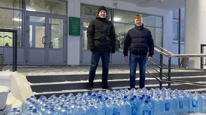 В Северодвинске пациентам ковидного отделения не хватало воды. Ее привезли предприниматели