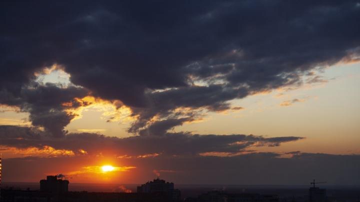 Огненный рассвет: 10 кадров воскресного утра, которое вы проспали