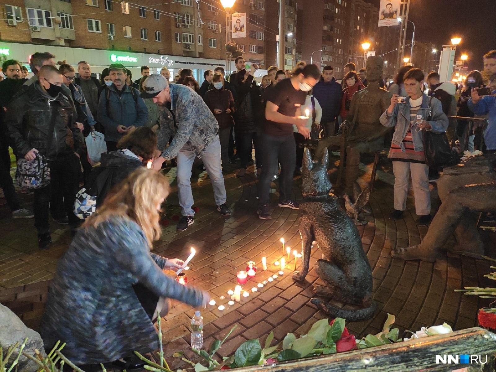 Нижегородцы приносят свечи и цветы, общаются и пытаются понять, что стало причиной этого непоправимого решения