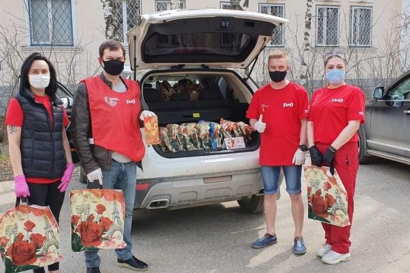 Добровольцы используют маски, перчатки и дезинфицирующе средства