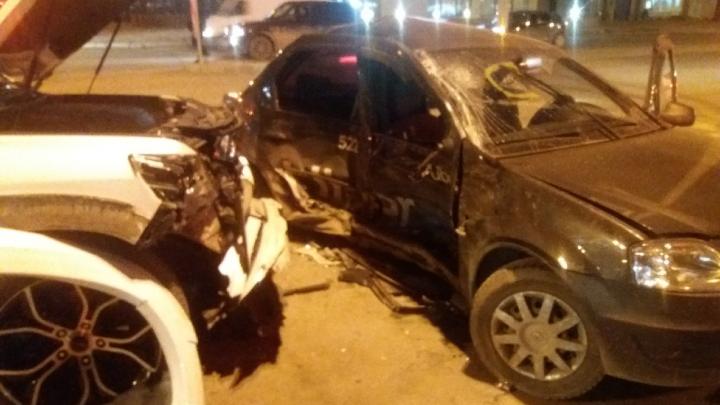 «Рады, что все живы»: в массовом ДТП в Волгограде с такси и внедорожниками пострадал ребёнок
