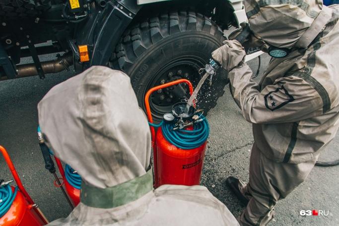 В баллонах газ и раствор хлорки