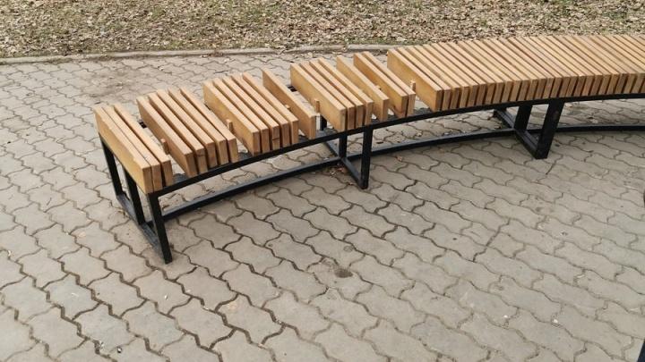 Крадут барные стулья и ломают качели: в Дивногорске начали громить новую набережную, признанную лучшей