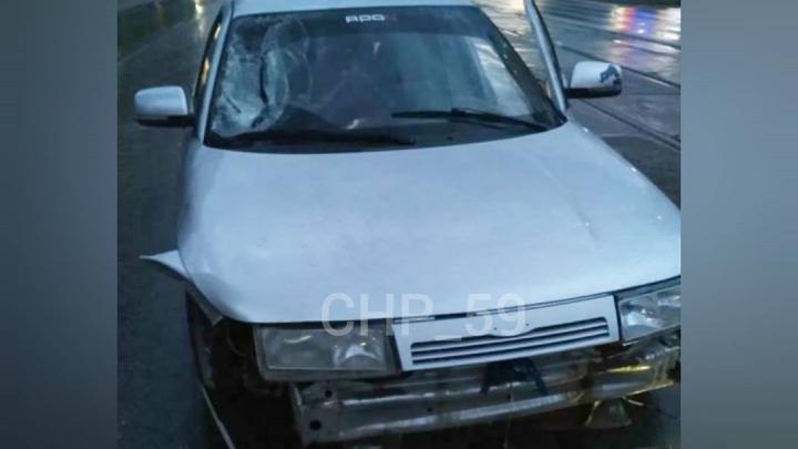 В Перми автомобиль сбил двух человек, когда один из них упал с электросамоката, а другой пытался ему помочь