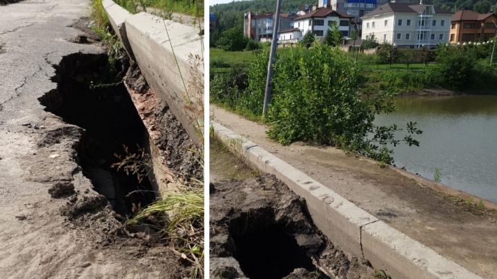 На дамбе в районе Стасовой появились зияющие дыры в асфальте