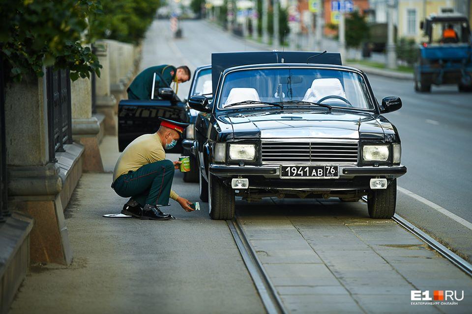 На параде всё должно быть идеально. Так, в Екатеринбурге за несколько минут до шествия подкрашивали колеса у представительского кабриолета