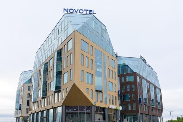 В холле отеля есть свое собственное северное сияние и костер, который создает уют, а из номеров открывается невероятный вид на Северную Двину