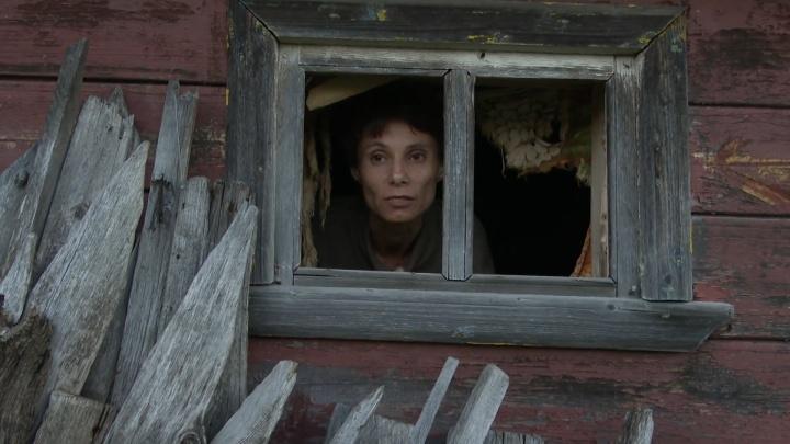 26 лет взаперти: женщина-маугли живет в деревне Нижегородской области и ест кошачий корм