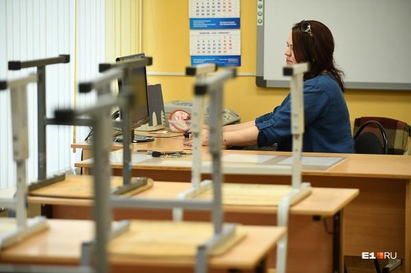 По информации источника E1.RU, дети проведут дома еще дополнительную неделю — с 9 по 15 ноября