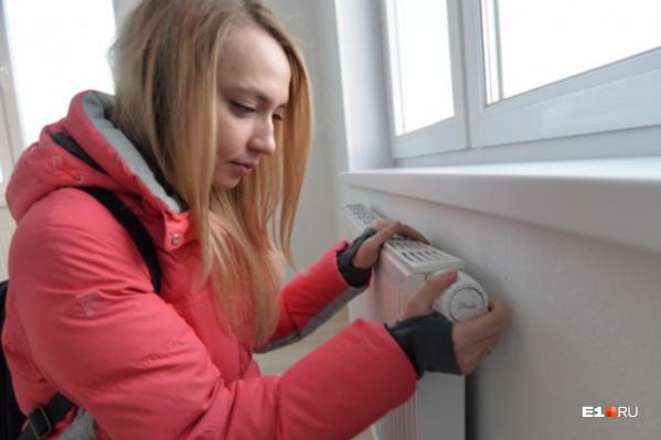 Люди жалуются, что в квартирах очень холодно
