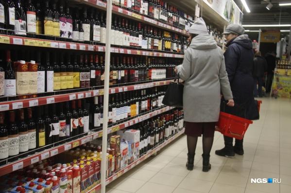 Опрошенные в магазинах горожане утверждают, что покупают алкоголь преимущественно про запас