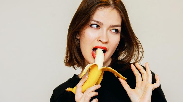 Закусывайте банан анисом: диетолог рассказал, какая еда сделает секс горячим
