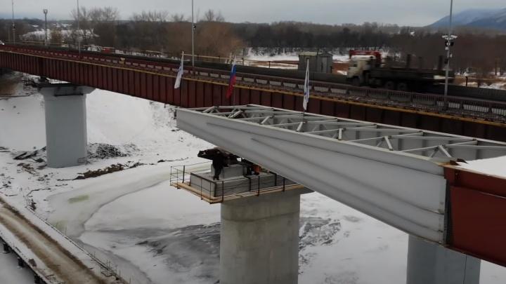 «До берега рукой подать»: рабочие построили половину нового моста через Сок