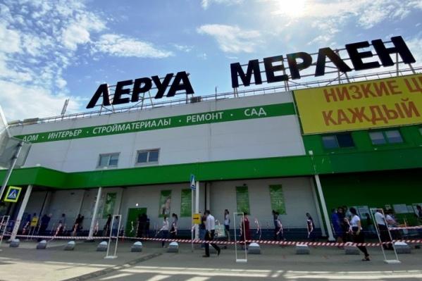 В день открытия перед магазином«Леруа Мерлен» образовалась огромная очередь