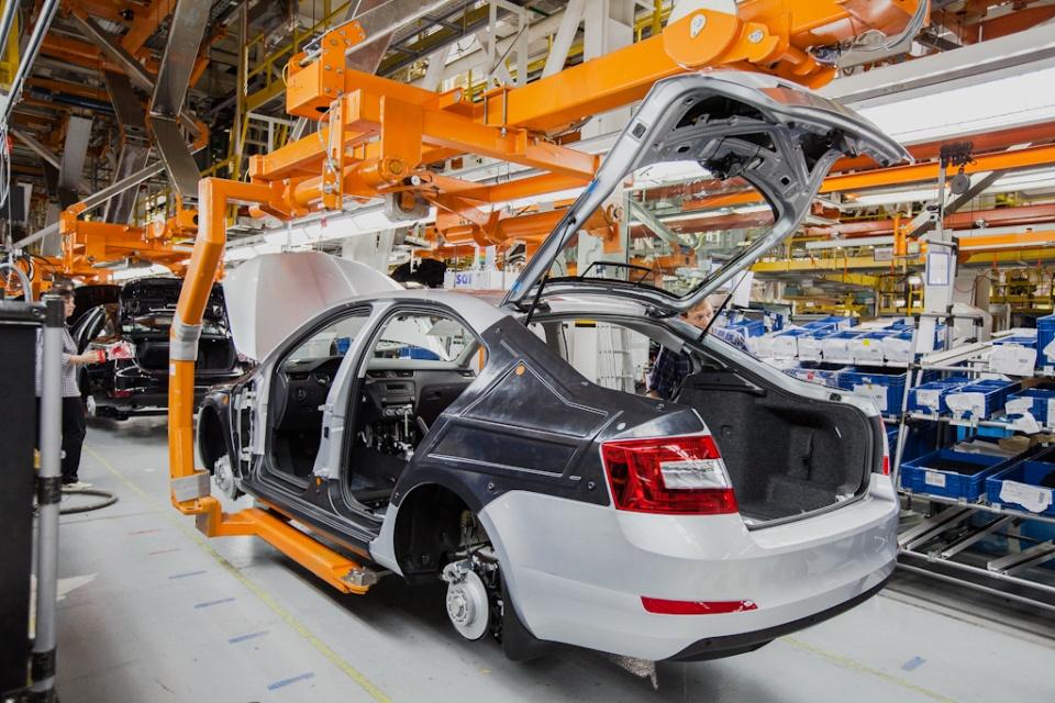 Заводы Volkswagen и SKODA работали с небольшими складскими запасами компонентов, поэтому вынуждены были встать на паузу ещё до введения режима самоизоляции