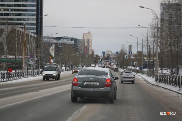 Общественник предложил установить дополнительные пешеходные переходы по улице Ткачей