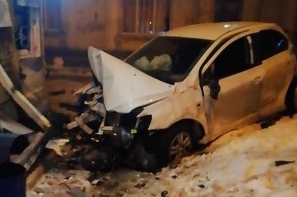 Водителю, сидевшему в белой иномарке, понадобилась помощь врачей