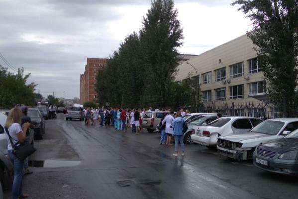 Для сотен людей утро началось с эвакуации. На улицу выводили всех: и персонал, и посетителей