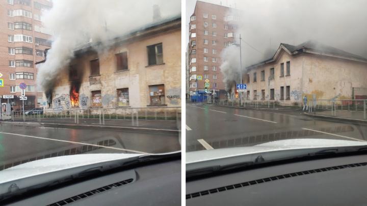Сильный дым и огонь на первом этаже: в центре Тюмени горит заброшенный дом