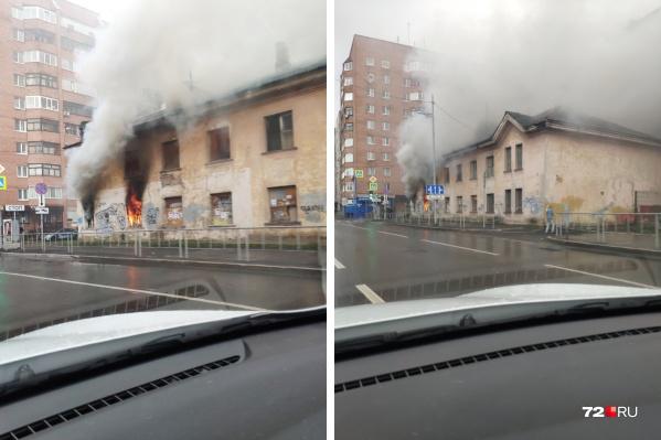 Из заброшенного дома в центре города валил густой дым