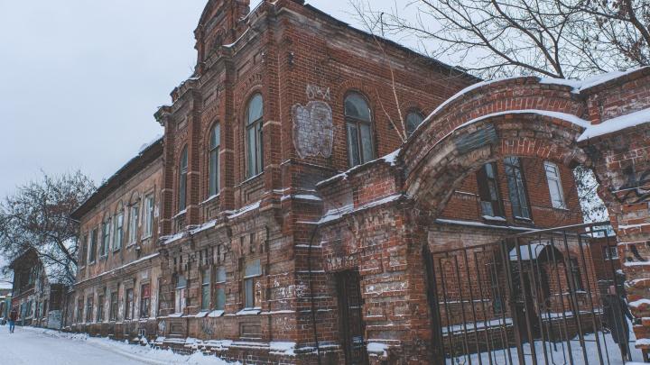 Дом купца Лаптева пообещали не сносить. Мы заглянули внутрь этого здания у рынка: там даже сохранилась потолочная лепнина