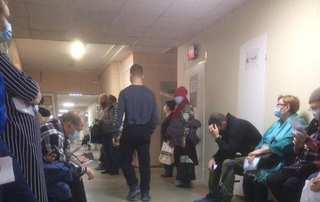 В поликлинике на Сортировке пациенты сидят в очереди по шесть часов, чтобы закрыть больничные